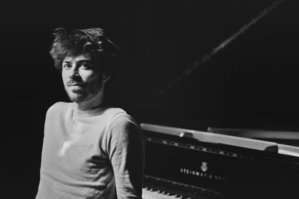 Portrait de Greg Aguilar devant un piano