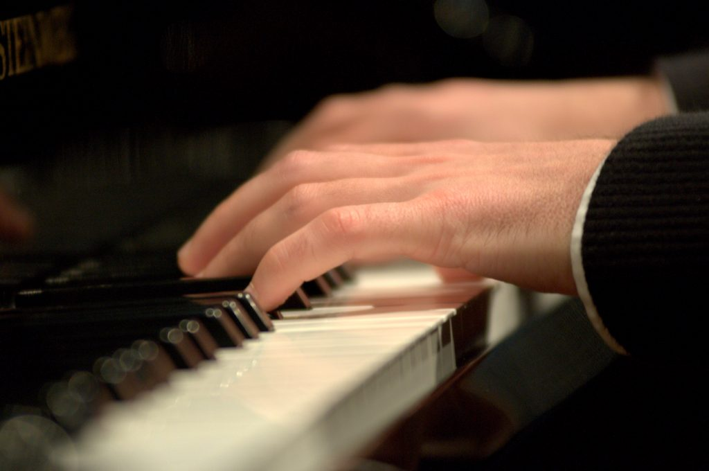 Mains de Greg sur le piano