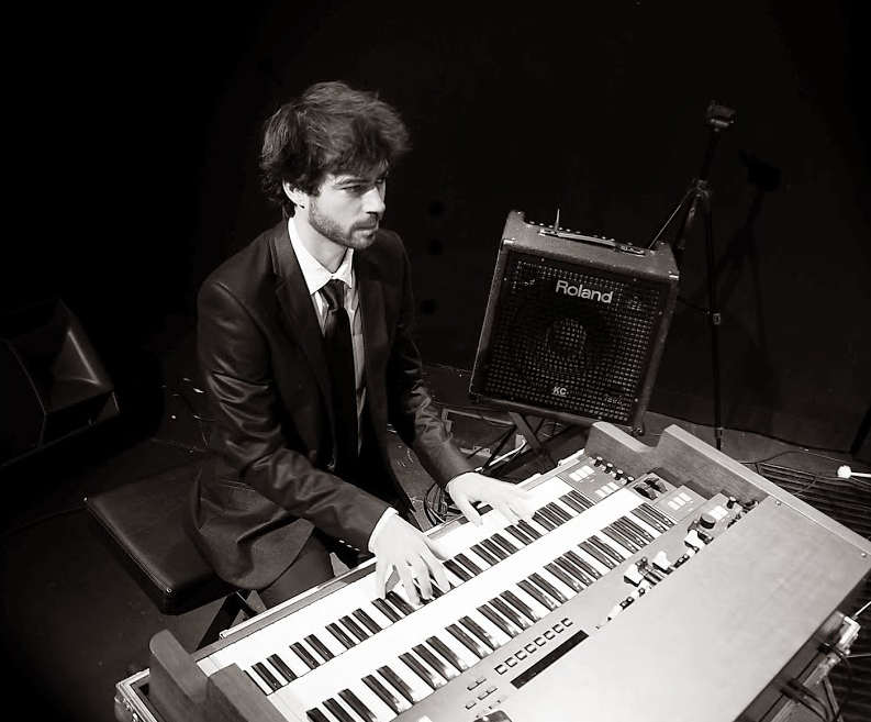 Greg Aguilar jouant de l'orgue